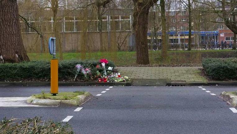 Bloemen in de berm van de J.H. van Heekweg in Noord, waar de vrouw begin februari neergestoken werd Beeld Politie Amsterdam Boven IJ