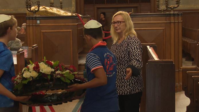 De Oostenrijkse ambassadeur Heidemaria Gürer woont de herdenking bij de slachtoffers van de Twentse razzia in de synagoge in Enschede.