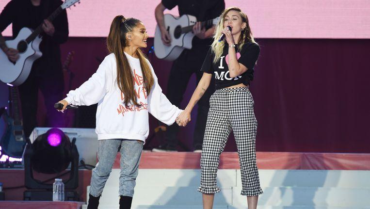Ariana Grande en Miley Cyrus tijdens het benefietconcert One Love in Manchester. Beeld afp