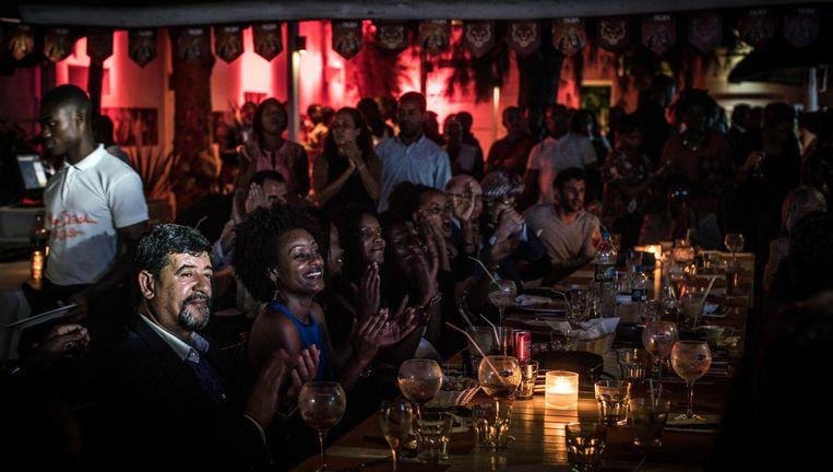Bezoekers van een optreden in de Miami Beach Club in Luanda. De club is eigendom van Isabel dos Santos, dochter van de president en `Afrika's eerste vrouwelijke miljardair'. Beeld The Washington Post/Getty Images