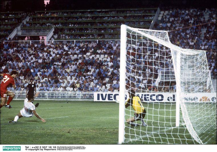 Met een 1-1-gelijkspel tegen Hongarije plaatst België zich voor de tweede ronde op het WK. Jan Ceulemans leidt de 1-1 van Czerniatynski in met een geweldige rush over rechts.