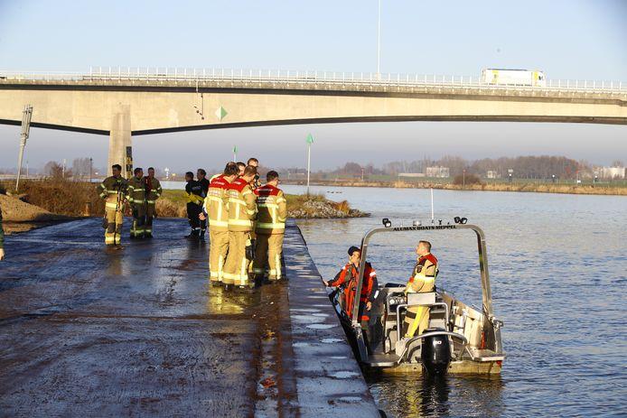 Brandweermensen tijdens de zoektocht naar de vermiste matroos op de IJssel.