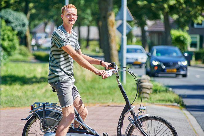 Tim van der Rijt uit Volkel, vijf jaar na zijn ernstige verkeersongeval op de plek waar het gebeurde.