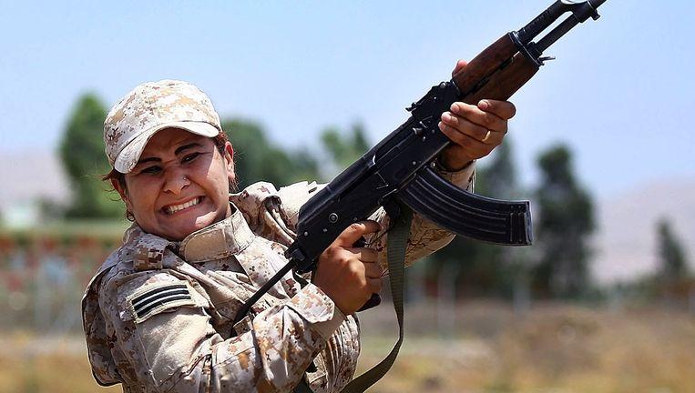 Een Koerdische peshmerga-strijdster tijdens een training in Noord-Irak. Beeld AP