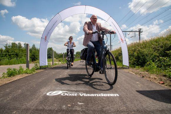 De nieuwe fietssnelweg tussen Wetteren en Schellebelle werd door onder meer burgemeester Alain Pardaen ingereden.