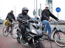 'Scooters en snorfietsen van Rotterdamse fietspaden'