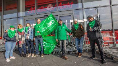 Makro en MediaMarkt gesloten door staking, klant wurmt zich door blokkade