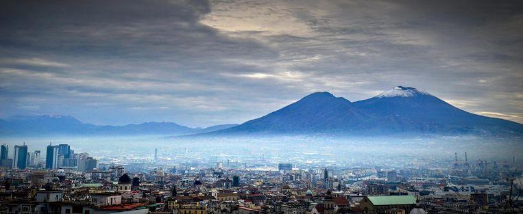 De Vesuvius met aan de voet de Zuid-Italiaanse stad Napels. Beeld EPA