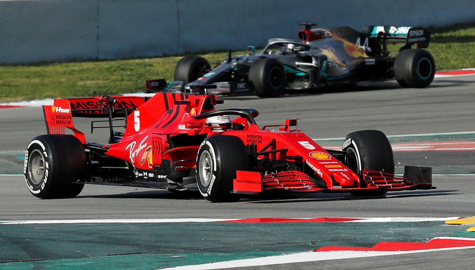 Sebastian Vettel met in zijn kielzog Lewis Hamilton van Mercedes.