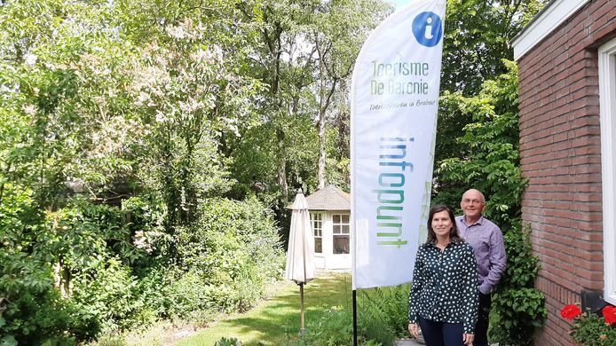Joyce Marijnissen en Theo Donkers van Toerisme de Baronie bij het nieuwe banier dat bij dertien informatiepunten in en rond Gilze en Rijen en Alphen-Chaam worden geopend.