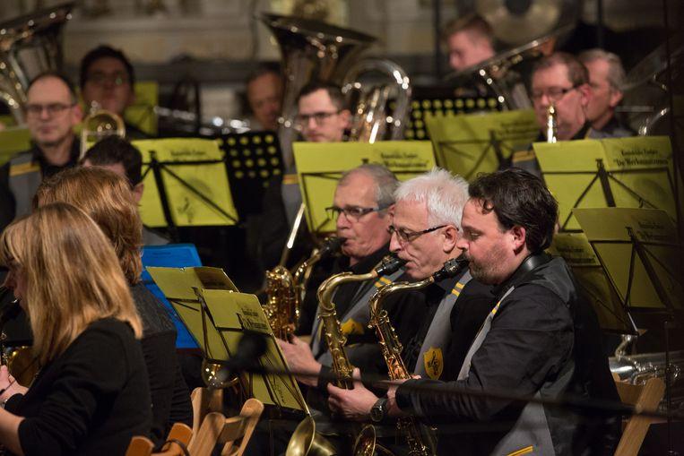 Muzikanten van de koninklijke fanfare De Werkmanszonen spelen Sechene Bollaar, het stuk dat speciaal naar aanleiding van de herdenking 60 jaar Roosburgramp werd geschreven.