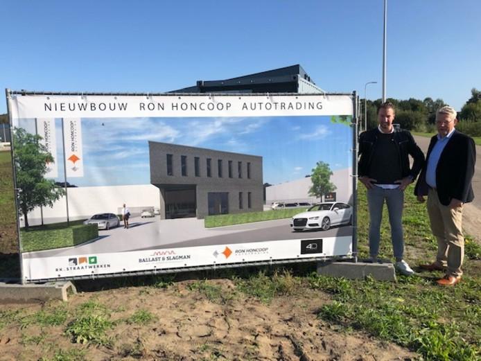 Ron Honcoop (links) en wethouder Johan Coes op de plek waar de nieuwbouw komt.