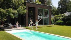 In uitloper van Vlaamse Ardennen ligt deze fraaie tuin met buitenkeuken, zwembad en verborgen hoekjes