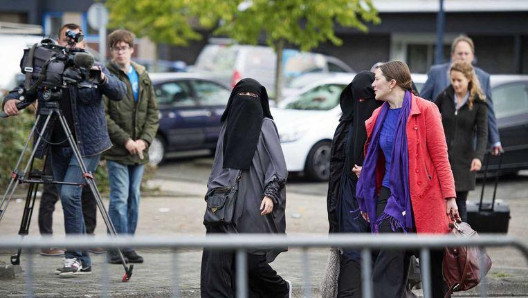 Advocate Tamara Buruma arriveert samen met vrouwen gekleed in nikab bij de rechtszaal. Beeld ANP