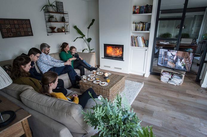De kerkdienst in Zevenbergen wordt online gevolgd door het gezin burgers. op de bank van achter naar voren: moeder margreet met jongste dochter hanna, vader dingeman, zoon joas, en de dochters sara (groenetrui) en rebecca (gele trui)
