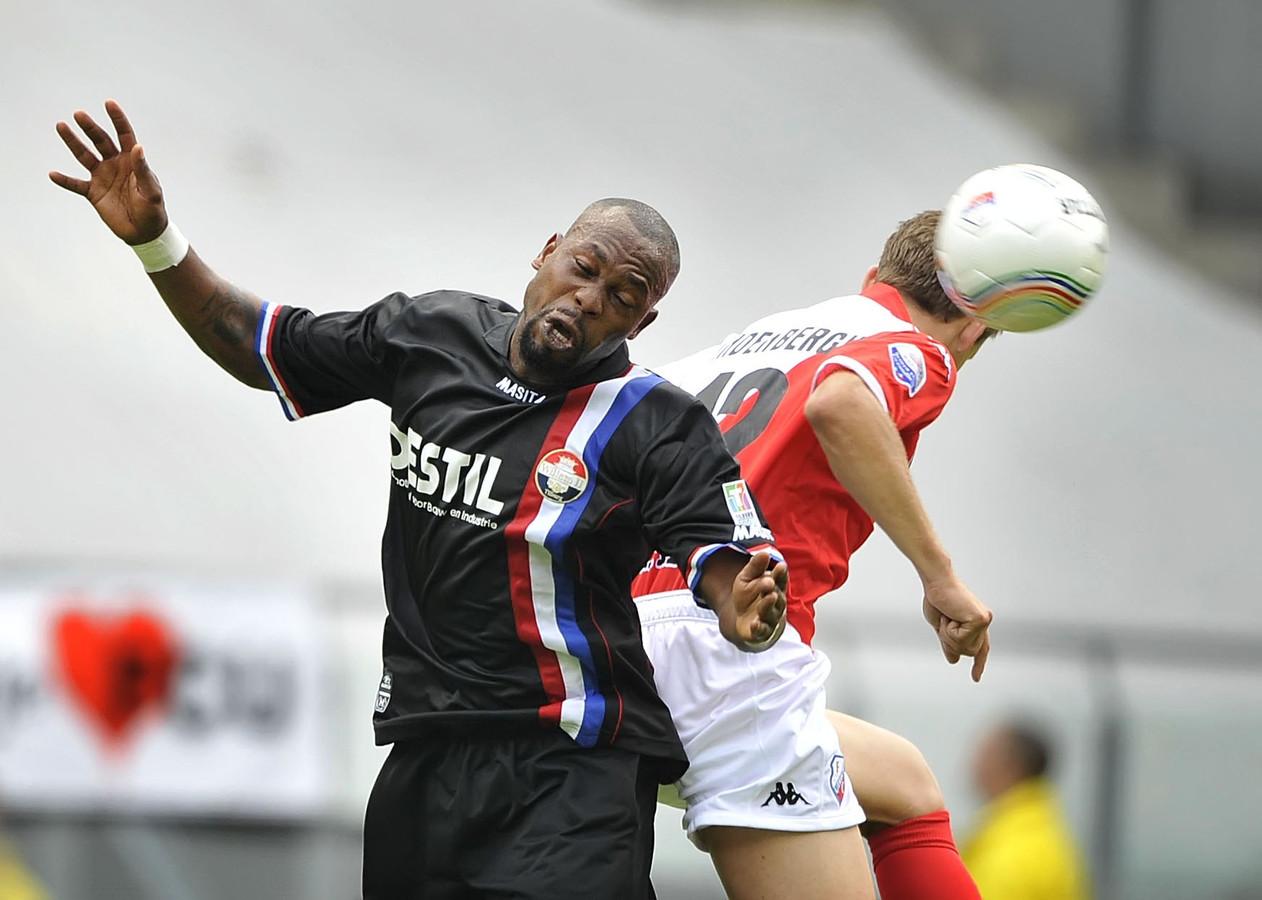Ibrahim Kargbo (links).