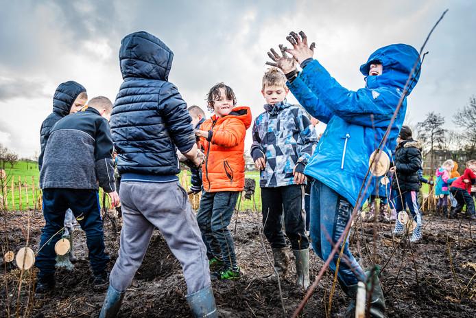 Leerlingen van basisschool de Springplank en de Johannes Postschool planten het tweede Tiny Forest in de gemeente Alphen aan den Rijn