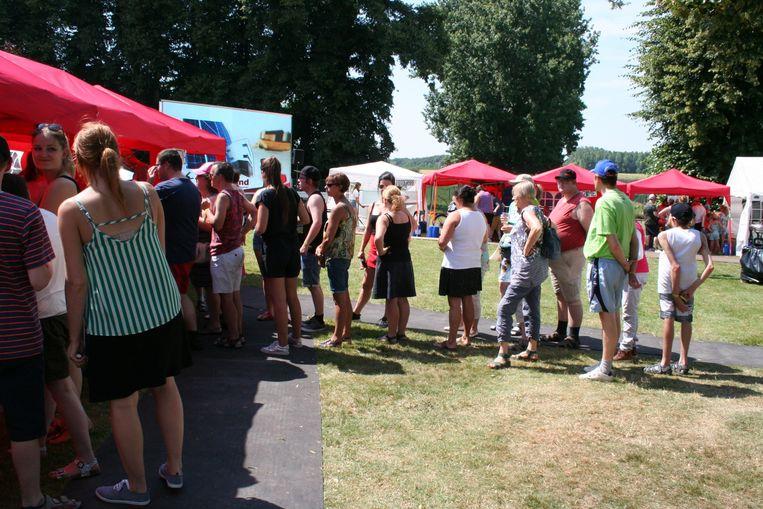 Aanschuiven voor ijsjes in het Hagherock dorp bij de 20ste editie