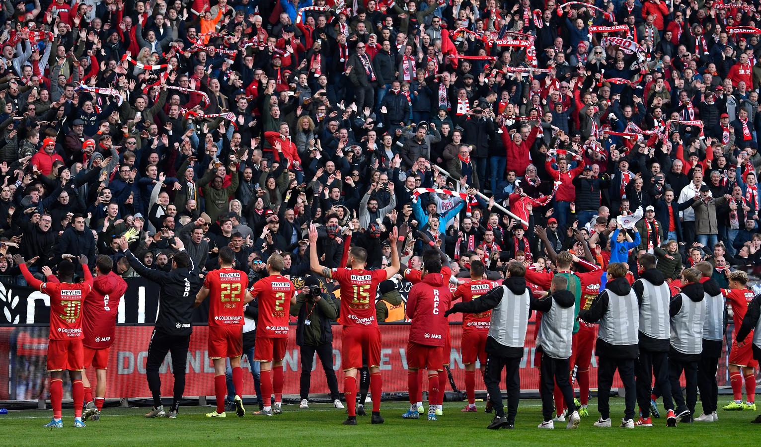 Vreugde bij de spelers en supporters van Royal Antwerp na de zege op Club Brugge op 10 november.