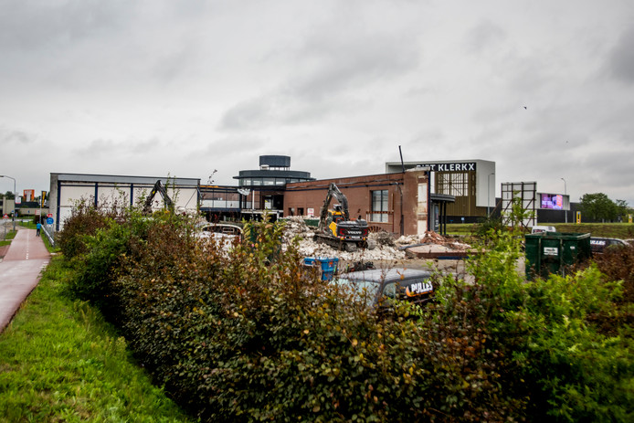 Sloop van het pand in Waalwijk waar vroeger tapijtenhandel Nol van den Besselaar zat. Op de locatie aan de Professor Asserweg wordt binnenkort een vermaakcentrum gebouwd.
