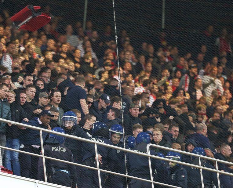 De Portugese politie verwijderde nog voor de aftrap supporters van Ajax van de eerste rijen van het bezoekersvak. Enkele loskgerukte stoeltjes werden naar de agenten gegooid. De aangevallen supporters in het hotel woonden de wedstrijd bij vanuit een andere tribune.