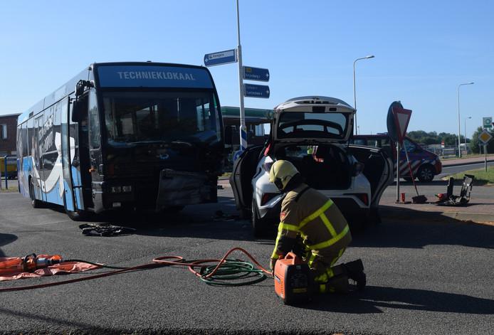 Bij een botsing van een personenauto en een bus zijn in Hengelo donderdagochtend twee personen gewond geraakt.