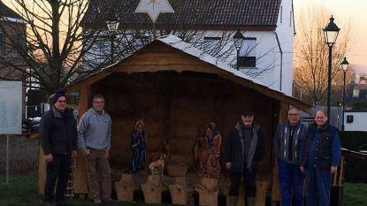 Vrijwilligers zorgen voor kerststal op dorpsplein