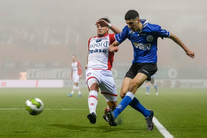 Oussama Bouyaghlafen (rechts) in duel met FC Emmen-speler Gersom Klok.