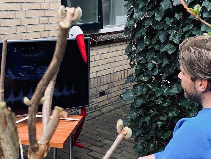 Frens Lubberts uit Almelo, partner van Manon Bekke, kijkt buiten op een tv mee naar de 20-wekenecho.