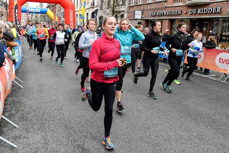 Deelnemers lopen onder luide aanmoediging door de straten.