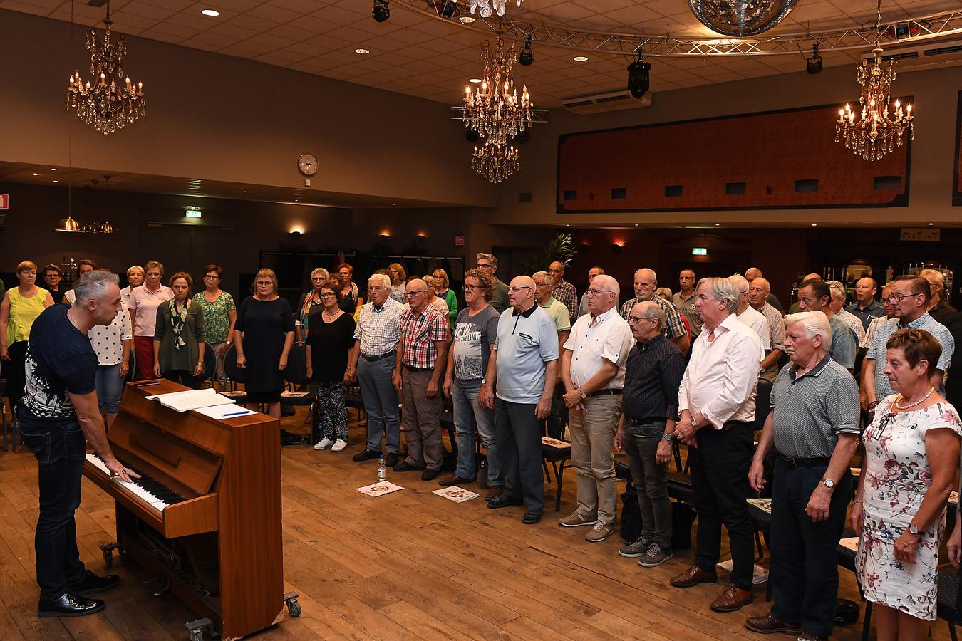 De repetities van de Carmina Burana voor een optreden in de Cuijkse schouwburg zijn in volle gang.