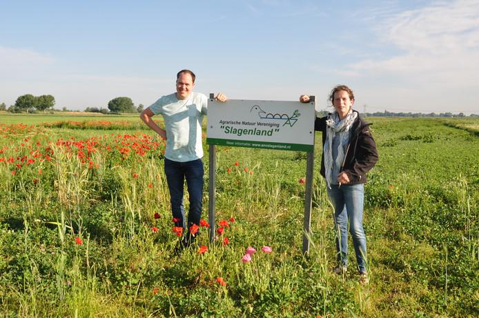 Fons Biemans en Ria Boons-van de Schoor in de bloemrijke akkers tussen Waspik en Raamsdonk.