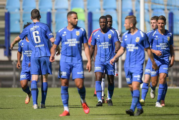 De spelers van Vitesse vieren een doelpunt van Riechedly Bazoer.