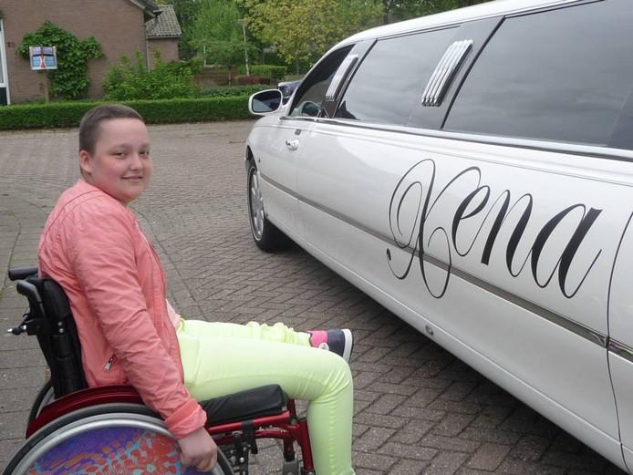 Xena Wimmenhoeve wordt opgehaald met een imposante limousine waarna haar een dag vol verrassingen wacht. foto Anja Klein Wassink