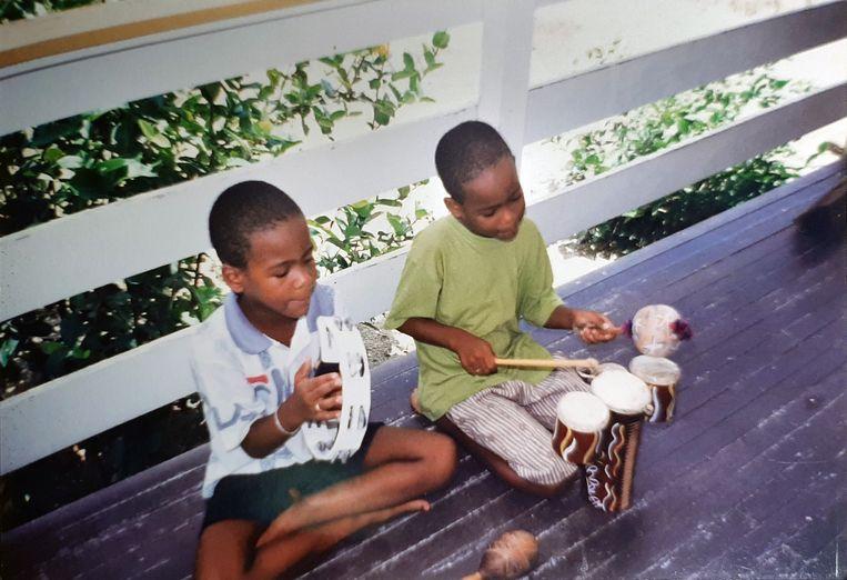 Jeugdfoto's van Jeangu Macrooy, met tweelingbroer Xillan. Beeld Privebeeld