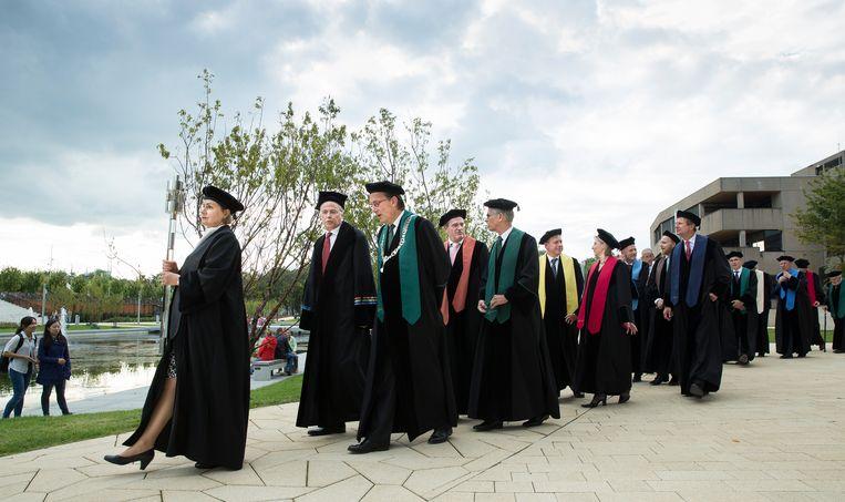 Een cortège van hoogleraren tijdens de opening van het academisch jaar op de Erasmus Universiteit in Rotterdam. Beeld ANP