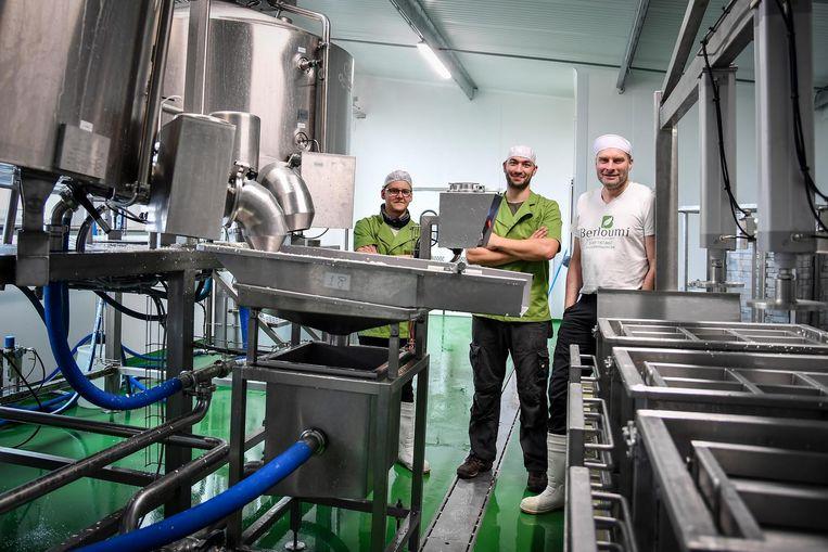 David De Coster (rechts) en twee medewerkers in de kaasmakerij.