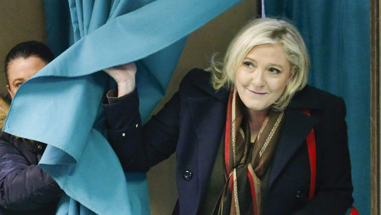 Marine Le Pen brengt zondag haar stem uit. Beeld epa