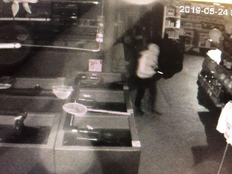 Zaak de Vosvijvers verpreidde vrijdag bewakingsbeelden van de inbraak in hun magazijn