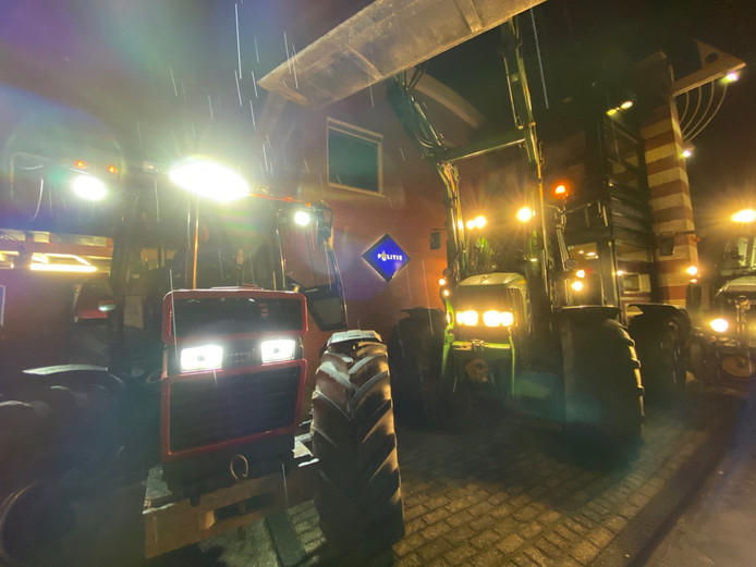 Het politiebureau in Zuidhorn geblokkeerd door boze boeren.