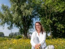 Meditatiedocent Beitske (44) leert mensen online de natuur te beleven: 'Hoe ruikt je eigen tuin?'