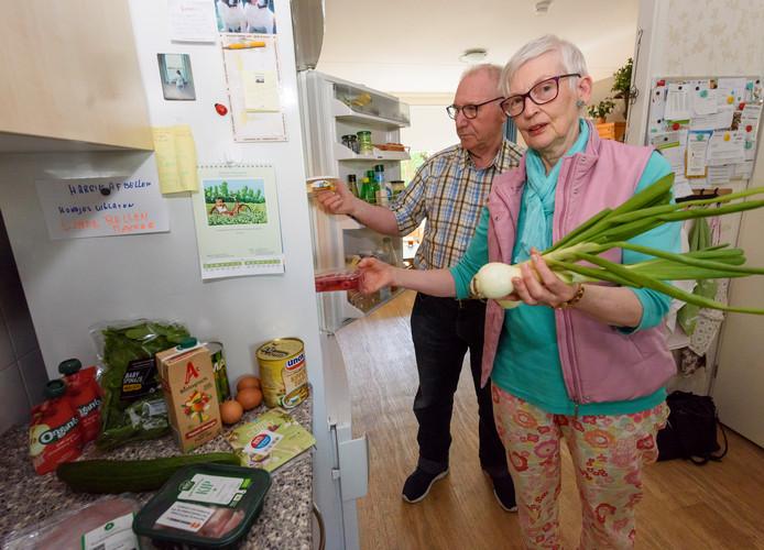 EINDHOVEN - Jan en Astrid van der Meijden zijn blij met het wekelijkse voedselpakket.