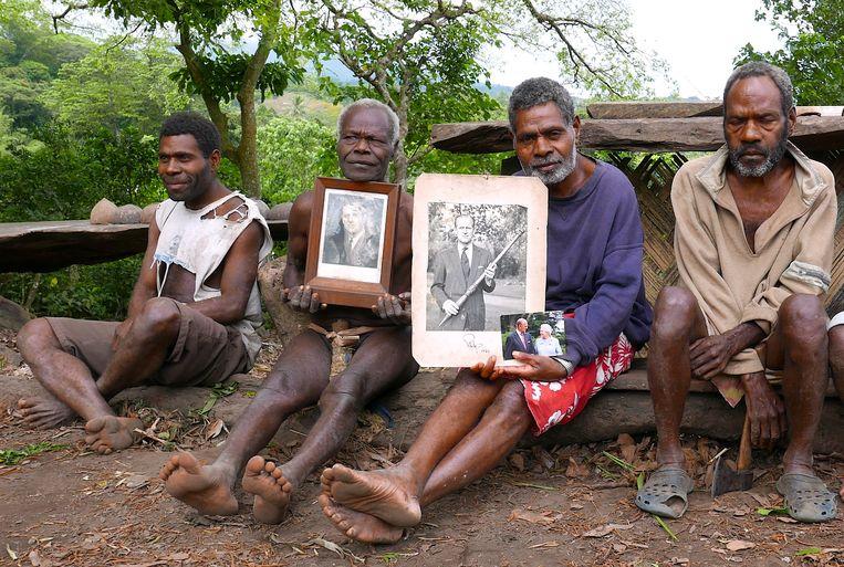 Chief Jack Malia (tweede van rechts) van de Imanourane Tribe houdt foto's van de Britse prins vast.