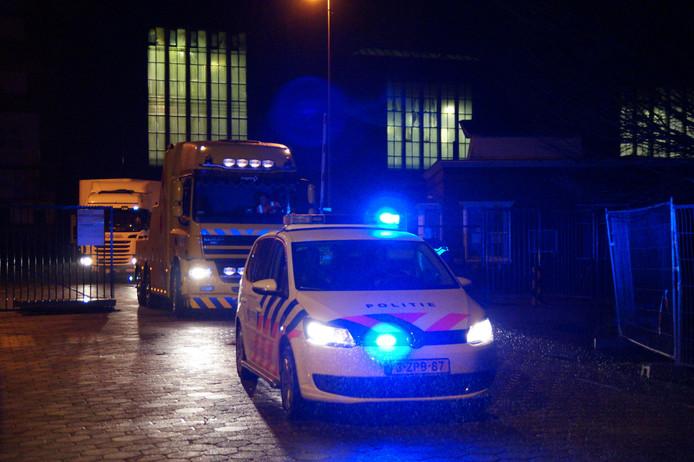 Onder begeleiding van meerdere politievoertuigen werd de vrachtwagen overgebracht naar een onbekende locatie.