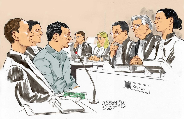 Michael P. (derde van links) tussen zijn advocaten en tegenover de drie rechters, onder wie voorzitter Van Lieshout (tweede van rechts) .