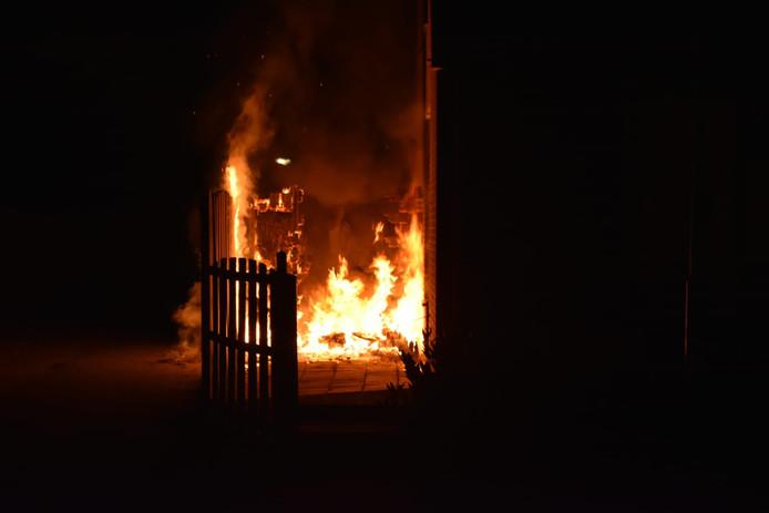 Grote vlammen bij de brand in Gendt.