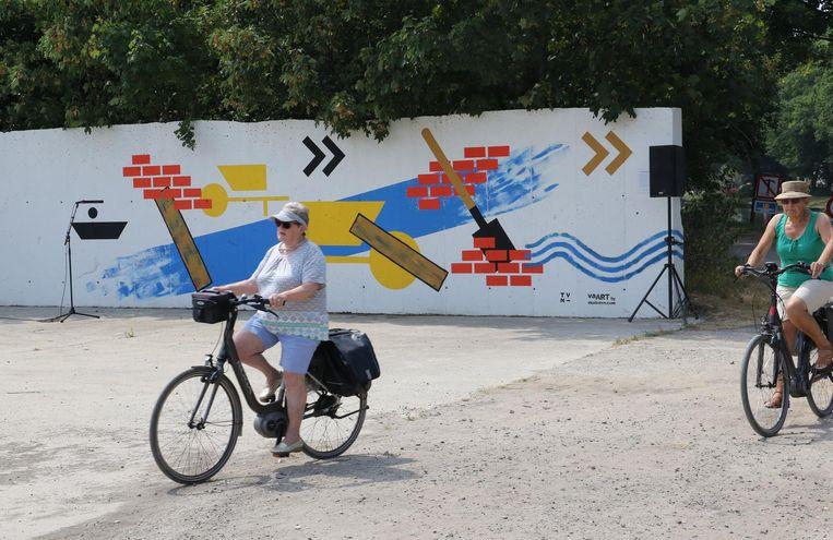 Deze dames maken alvast kennis met het artistieke fietstraject.