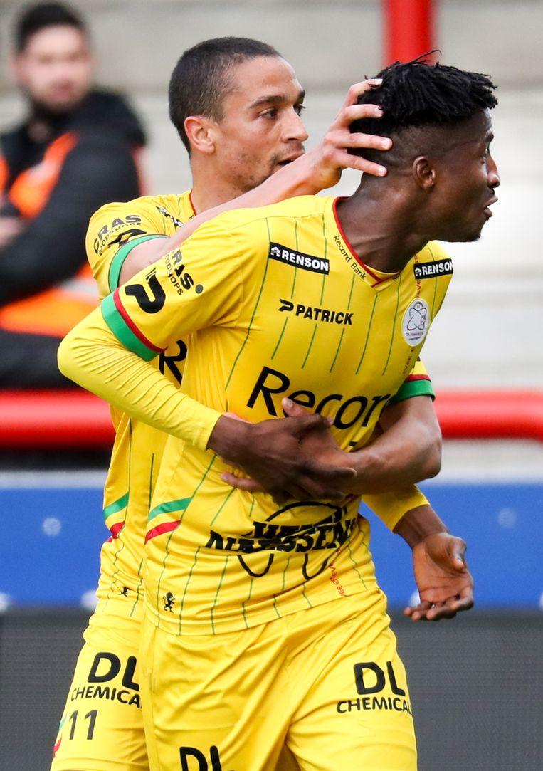 De Pauw omhelst Olayinka na de 1-2.
