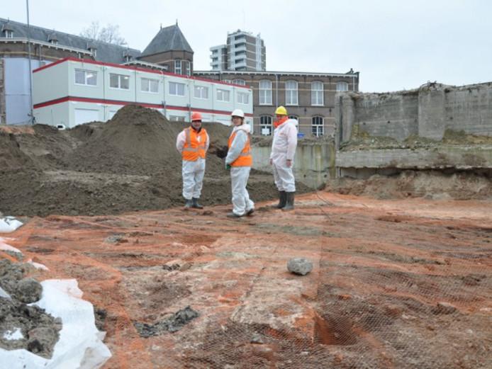 De archeologen op het opgravingsterrein.