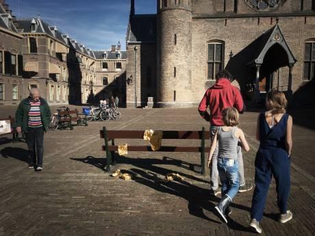 Gouden kinderkleertjes symbool voor verdwenen vluchtelingenkinderen